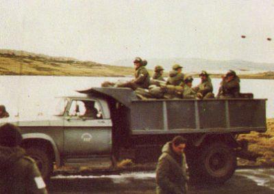 Camión de Vialidad Nacional transportando tropas