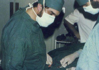 El Dr. Rojas operando