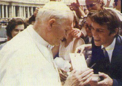 Osvaldo Destefanis entrega petitorio a Juan Pablo II