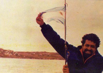 Tony López frente a Puerto Groussac