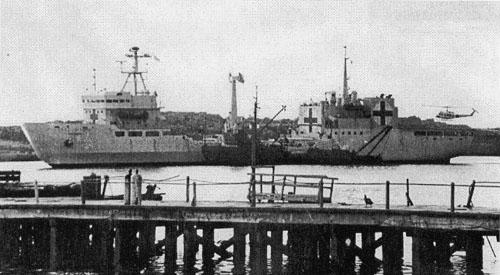 Yehuin y ARA Bahía Paraíso transbordando personal herido en Pto. Argentino